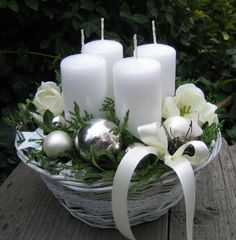 Bílé+vánoce+Adventní+košík+o+průměru+cca+20cm.+Slouží+jako+dekorace.+Výška+svíček+je+7cm.+Pod+svíčkami+jsou+umístěny+také+plechové+bodce.