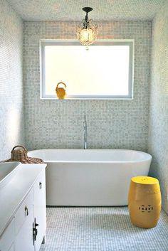 Små badrum kräver små badkar. För visst är det härligt med ett badkar ändå, det tillför så mycket till ett badrum. Förutom själva möjligheten till att ta ett varmt bad, så finns det ju så många fina badkar. Och extra fina är de nästan när de är små, som alla fina små gjutjärnsbadkar! Här är lite inspiration till dig med ett litet badrum men som ändå drömmer om plats för ett badkar.
