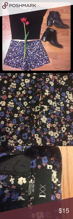 Floral dressy shorts 🌸🌼 Black based floral shorts. With 4 pockets. Front zipper and buttons. Perfect for a night out 👌🏼💃🏼 Forever 21 Shorts
