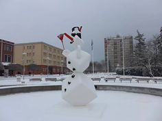 Vo fontáne na námestí v Partizánskom vyrástol trojmetrový snehuliak
