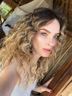 Pinterest: DeborahPraha ♥️ Belinda with curly hair and freckles natural makeup #belinda
