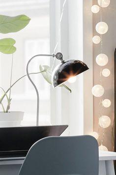 Bordslampa i metall med retrokänsla. Material: Metall. Storlek: Höjd 47 cm, bredd 24 cm, djup 20 cm. Beskrivning: Bordslampa i metall med ställbart lamphuvud. Sladdlängd 150 cm. Sockel/lampa: E14, max 25 w glödlampa. Tips/råd: Ett rum ska ha 5-8 ljuskällor för att få ett jämnt ljus i rummet. Se vår ljusguide för tips och råd.
