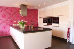 Zo ongeveer wordt onze nieuwe keuken, maar dan in hoogglans wit en zonder roze behang ;o)