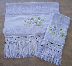 Kit composto de toalha de rosto e lavabo, com aplicação de flores de sianinha e acabamento em macramê. Na cor lilás. <br>Dimensões <br>toalha de rosto: 49x80cm <br>toalha de lavabo: 33x50cm Macrame Knots, Lace Making, Cool Lighting, Diy And Crafts, Towel, Satin, Blanket, Satin Ribbons, Creative Crafts