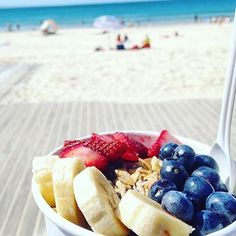 If only all morning tea breaks looked like this! Enjoying the sunshine and views of Noosa Main Beach as well as a delicious acai bowl from @blendednoosa is exactly what we'd like to be doing right now!