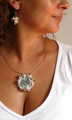 White Old Gold Statement Necklace Rose Pendant por aniesjewelry