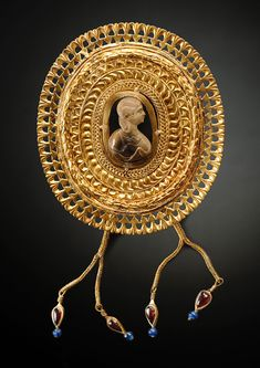 Ancient & Medieval History - Large Royal Roman Fibula with Cameo, Late 2nd-Early 3rd Century AD. Made of gold, agate, garnet and glass.