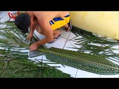 How to make coconut leaf mat,how to make kobbari matta,how to make palm leaf mat,palm leaf uses Flax Weaving, Basket Weaving, Easy Crafts To Make, Diy Arts And Crafts, Coffee Cup Crafts, Leave Art, Coconut Leaves, Altar Design, Diwali Diy