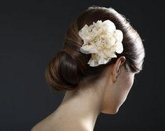 Weiße Blüten setzen einen tollen Kontraste im dunklen Haar