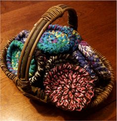 Quick & Easy Gifts ~ Spiral Coasters I thought I'd start doing a series of posts about Quick & Easy gifts. I find my inspiration in many pl. Crochet Kitchen, Crochet Home, Love Crochet, Crochet Gifts, Learn To Crochet, Crochet Yarn, Spiral Crochet, Crochet 101, Simple Crochet