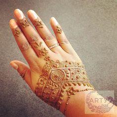 Soms word ik als henna artist ook verwend. Vandaag henna gehad van Renuka @beautifulmehndi. Ik ben er superblij mee!  Sometimes a henna artist herself get pampered too. Today I got a henna design from @beautifulmehndi. And I'm super happy with it.  Henna design: @beautifulmehndi  Henna paste: @hennafashion  Henna love  Aartie by arty_hennadesigns