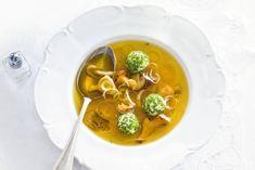 Mooie, heldere soep. De roomkaasballetjes met walnoten en bieslook maken 'm heel speciaal - Recept - Allerhande