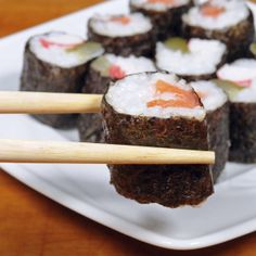 I live sushi!:) Order Right: 5 Sushi Meals Under 500 Calories Meals Under 500 Calories, 500 Calorie Meals, Low Calorie Recipes, Love Food, A Food, Food And Drink, Healthy Snacks, Healthy Eating, Healthy Recipes