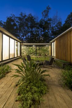 equipo de arquitectura interlaces courtyards and living areas in paraguayan residence Design Exterior, Interior And Exterior, Patio Design, Glass House Design, Casa Patio, Courtyard House, Modern Courtyard, Tropical Houses, Future House