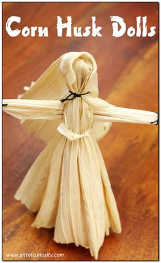 How to make corn husk dolls - a simple tutorial for kids and grownups alike to make this Native American craft. || Gift of Curiosity