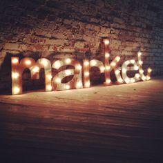 He encontrado algunas letras con luces, te las pongo para que veas el estilo a ver cuál te gusta ;D