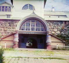 С. М. Прокудин-Горский. Святые ворота под Благовещенской церковью. Вид со стороны гавани  Благополучия. 1916 год