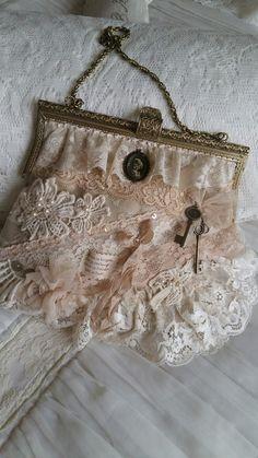 Op oude beugel van kanten stof en diverse stofjes tas gemaakt....Nelleke Verkouter