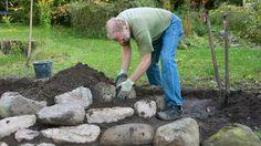 Kamene vkladajte do pôdy najširšou plochou tak, aby asi dve tretiny ostala v pôde a pevne držali.