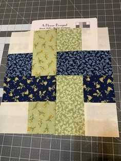 New Friday Tutorial: Der Super Simple Squares Quilt (Der Schneidetisch . - New Friday Tutorial: Der Super Simple Squares Quilt (Der Schneidetisch … – New Friday Tutorial - Colchas Quilting, Machine Quilting, Quilting Projects, Quilting Designs, Beginner Quilting, Quilting Ideas, Jellyroll Quilts, Scrappy Quilts, Easy Quilts
