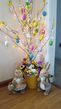 How about enjoying the rustic Christmas tree for Easter . - Que tal aproveit . How about enjoying the rustic Christmas tree for Easter? How about a rustic Christmas tree over Easter? Easter Tree Decorations, Easter Wreaths, Easter Centerpiece, Votive Centerpieces, Valentine Decorations, Thanksgiving Decorations, Easter Projects, Easter Crafts For Kids, Easter Ideas