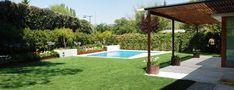 jardin-con-piscina-y-pergola