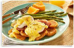 Rien de mieux que de délicieux œufs bénédictine pour rappeler la fin de semaine. Cette variante du déjeuner classique contient du bacon canadien croustillant et un œuf coulant déposé sur des galettes de pommes de terre de McCain.