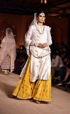 Looking for white kurta? Browse of latest bridal photos, lehenga & jewelry designs, decor ideas, etc. on WedMeGood Gallery. Mehendi Outfits, Eid Outfits, Pakistani Outfits, Indian Suits, Indian Dresses, Indian Wear, Indian Attire, Punjabi Suits, White Kurta