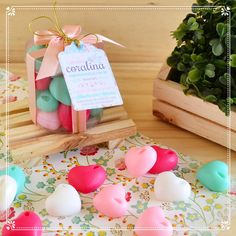 Presente com sabonetes artesanais de coração feitos com o aroma Primavera Provence com Flor de Cerejeira e Verbena.