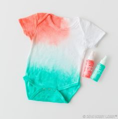 Think fabric dye for a cute outfit DIY! How To Tie Dye, How To Dye Fabric, Hipster Graphic Tees, Diy Embroidery Shirt, Diy Clothes And Shoes, Baby Door Hangers, Tie Dye Crafts, Tye Dye, Trendy Baby