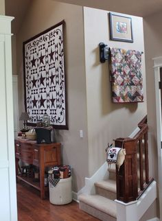 Like the quilts displayed in stairwell. I have a 2 story stairwell just begging for color.I better get busy with the quilting projects stacked up in the sewing room! Small Quilts, Mini Quilts, Quilt Hangers, Quilt Racks, Blog Art, Quilt Display, Hanging Quilts, Quilt Storage, Quilting Room