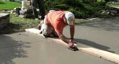 How to Pour Concrete Driveway: This video shows the procedure of concrete driveway. Procedure is very similar for concrete patios, sidewalks, stairs, steps or pool deck. This demonstration shows the steps involved in pouring a concrete driveway. Poured Concrete, Concrete Slab, Cool Deck, Diy Deck, Driveway Repair, Laying Decking, Deck Construction, Concrete Driveways, Concrete Pathway