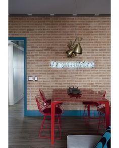 Uma frase em neon deixa a parede de tijolinhos, proposta pela arquiteta Juliana Pippi (@julianapippi), ainda mais charmosa. O rodapé e os batentes da portas foram pintados de azul formando linhas geométricas no projeto. Foto Marcos Antonio/Divulgação #color #colors #acaradecasaejardim #decor #decoration