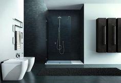 Doccia in cristallo e sanitari a terra per un design moderno.