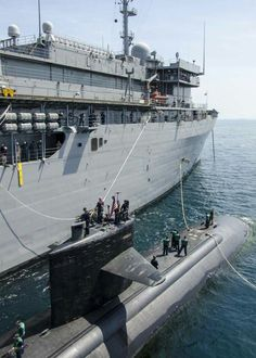 USS Emory S Land AS-39