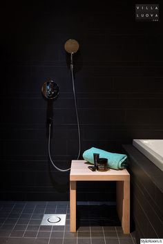 Black bathroom, concrete and wood in the sauna. Interior Design Photos, Floating Nightstand, Toilet Paper, Home Remodeling, Design Inspiration, House Design, Bathroom, Wood, Home Decor
