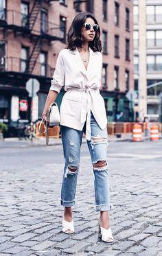 O modelo Mule, mais nova tendência de calçados, que não tem fechamento na parte traseira, é versátil que só e é também o responsável por atualizar nossos outfits num piscar de olhos.