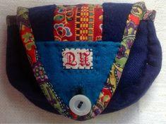 I min ägo har jag ett gammalt syfodral som jag köpte för några år sedan på en samlarmässa. När jag fick syn på det steg min puls och kindern... Sewing Caddy, Sewing Kit, Textiles, Swedish Embroidery, Pouch, Wallet, Diy And Crafts, Coin Purse, Knitting