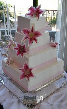 Thinking of changing the ribbon to red, and still using the stargazers. ☆∞☆∞☆ Wedding cake ☆∞☆∞☆