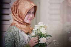 Kaftan and white roses