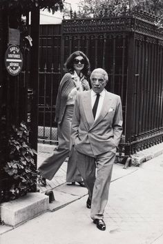 Aristotle Onassis & Jackie O., Paris, c. Celebrities Then And Now, Jacqueline Kennedy Onassis, 60s And 70s Fashion, Movie Couples, Raquel Welch, Jfk, Vintage Prints, Black And White Photography, Style Icons