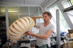 TOM Rossau bei der Erstellung seiner Leuchten aus Holzfurnier