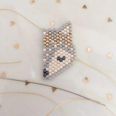 Fox head pattern with wreath of flowers in brick stitch weaving Beaded Jewelry Patterns, Beading Patterns, Beaded Earrings, Beaded Bracelets, O Beads, Hama Beads Design, Peyote Beading, Beaded Animals, Bead Jewellery