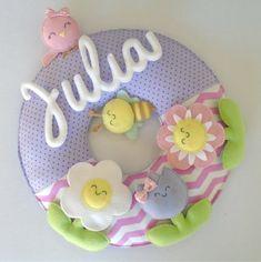 Guirlanda Jardim Encantado Felt Crafts Dolls, Felt Dolls, Bear Felt, Baby Shower Crafts, Home Design Diy, Felt Wreath, Felt Fabric, Felt Diy, Diy Accessories