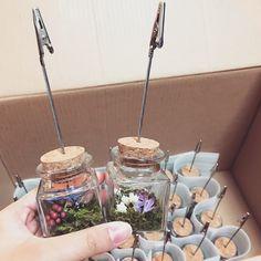 瓶の中のお花が可愛い♡1個150円以下で手作り出来る「ボトル席札スタンド」の作り方♩ | marry[マリー]