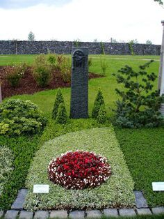 Your Nursery Welling: grave design Cemetery Vases, Cemetery Decorations, Cemetery Art, Grave Flowers, Cemetery Flowers, Funeral Flowers, Christmas Flower Arrangements, Funeral Flower Arrangements, Gardens Of Stone