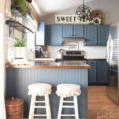 Incredible Farmhouse Style Rv Makeovers Ideas - adventure and living Kitchen Cabinet Styles, Dark Kitchen Cabinets, Painting Kitchen Cabinets, Kitchen Cupboard, Home Renovation, Home Remodeling, Kitchen Upgrades, Kitchen Renovations, Primitive Kitchen