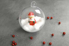 Comment décorer une boule de Noël transparente de façon originale ? Snow Globes, Christmas Bulbs, Holiday Decor, Crafts, Home Decor, Party, Christmas Light Bulbs, Homemade Home Decor, Creative Crafts