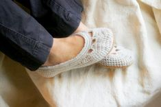 These crocheted slippers are so cute.  Wish my mom would try these out instead of scarves... maybe this year? Haha!!