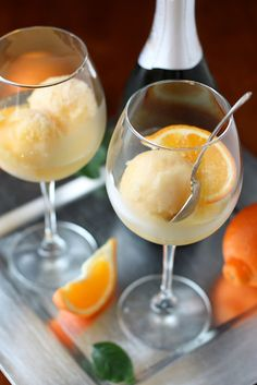 tangerine sorbet champagne floats | 2 1/2 cups (600 ml) fresh tangerine juice  1/2 cup (125 ml) sparkling wine  3/4 cup (150 grams) sugar  Additional sparkling wine, for serving